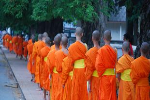 Moines bouddhistes au Laos durant notre Circuit l'essentiel du Laos